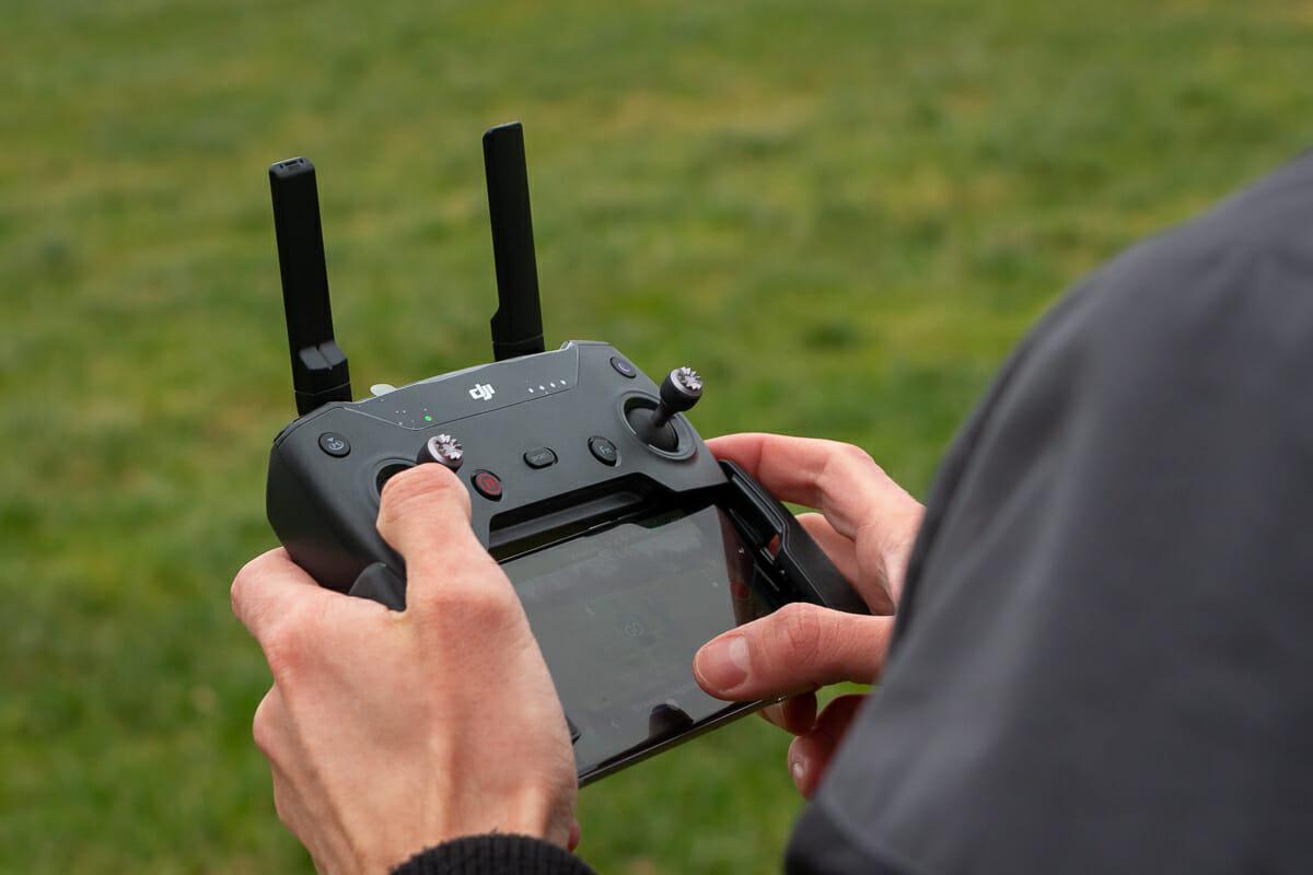 Die DJI Spark lässt sich auch mit einer Fernsteuerung und einem Smartphone bedienen