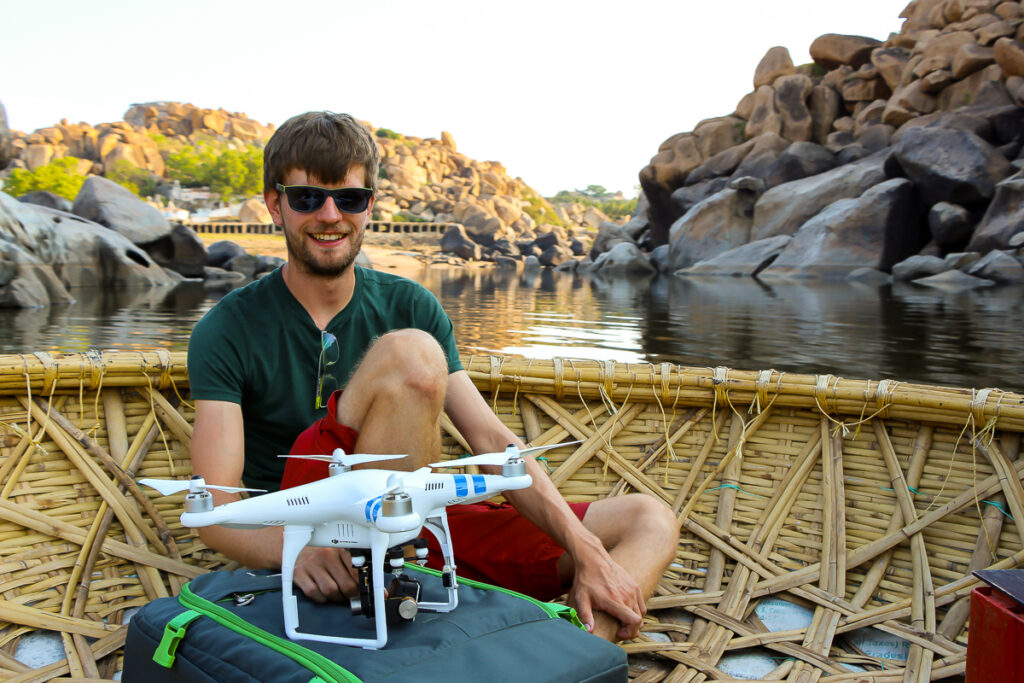 Francis mit unserer Drohne DJI Phantom 2 in Hampi, Indien