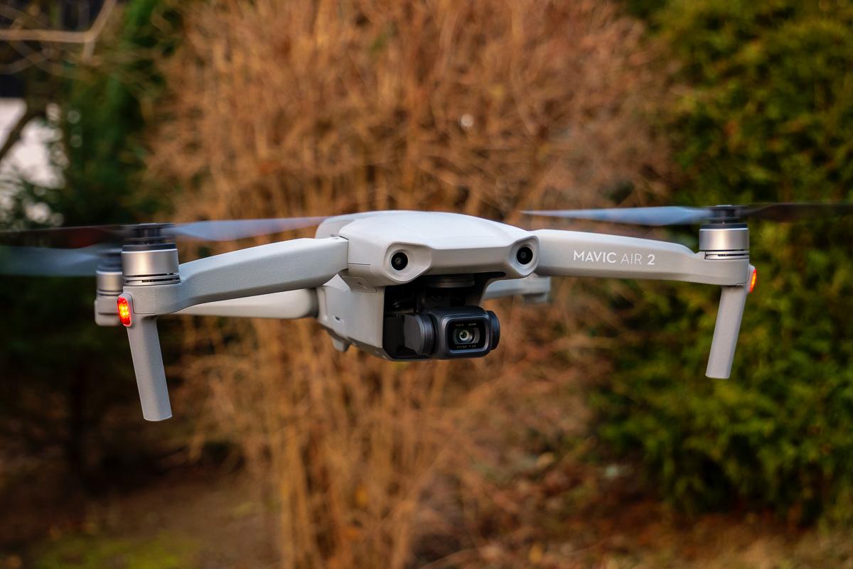 DJI Mavic Air 2 Drohne beim Test-Fliegen in der Luft