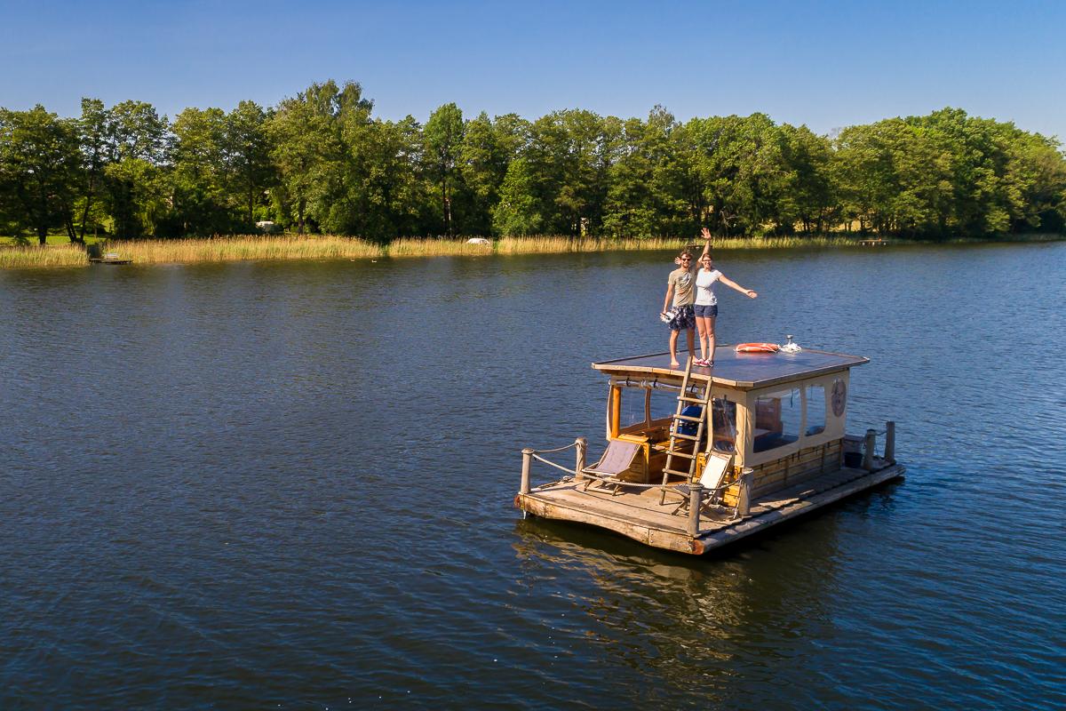 Fliegen mit Drohne über Wasser von einem Boot aus