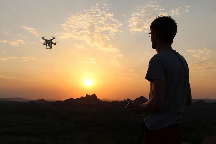 Francis fliegt mit seiner Drohne