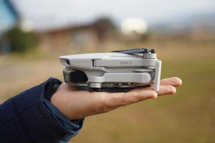 Die DJI Mini 2-Drohne ist kleiner als eine Handfläche.